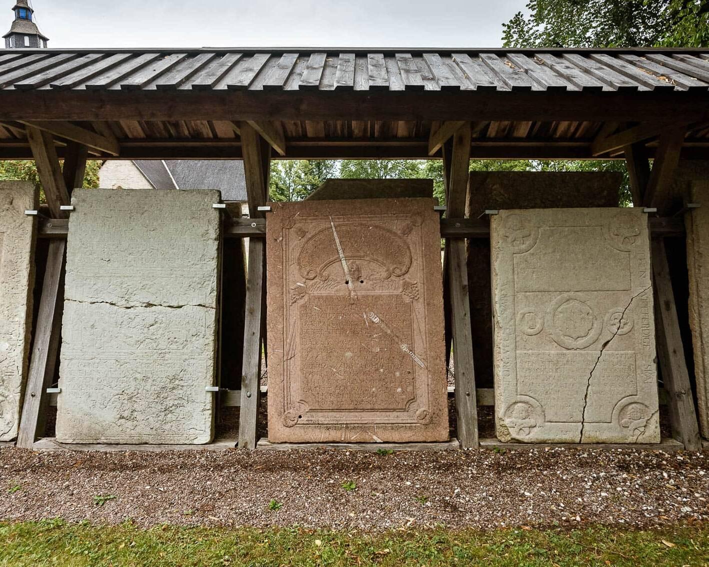 Gravhällar utanför Örberga Stenmuseum.